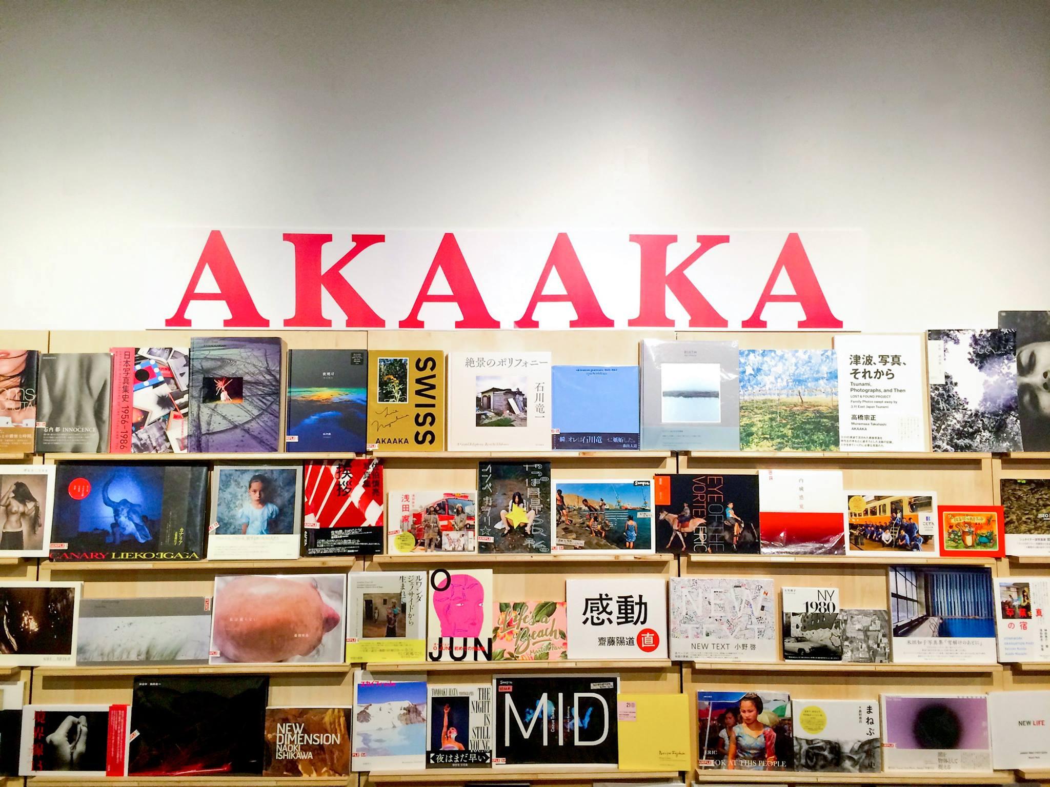 akaaka_bookshelf.jpg